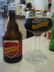 KASTEEL ROUGE Elaborada en Ingelmunster, Bélgica por Van Honsebrouck. Cerveza ale con licor de cereza. Sabor a chupete de kojac. 8% Alc. http://www.vanhonsebrouck.be/es/brouwerij/geschiedenis